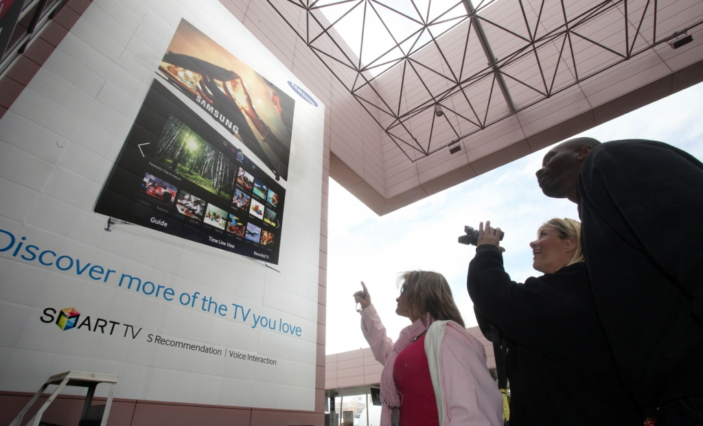 Samsung's Large Advertising Banner to Greet Visitors to CES 2013