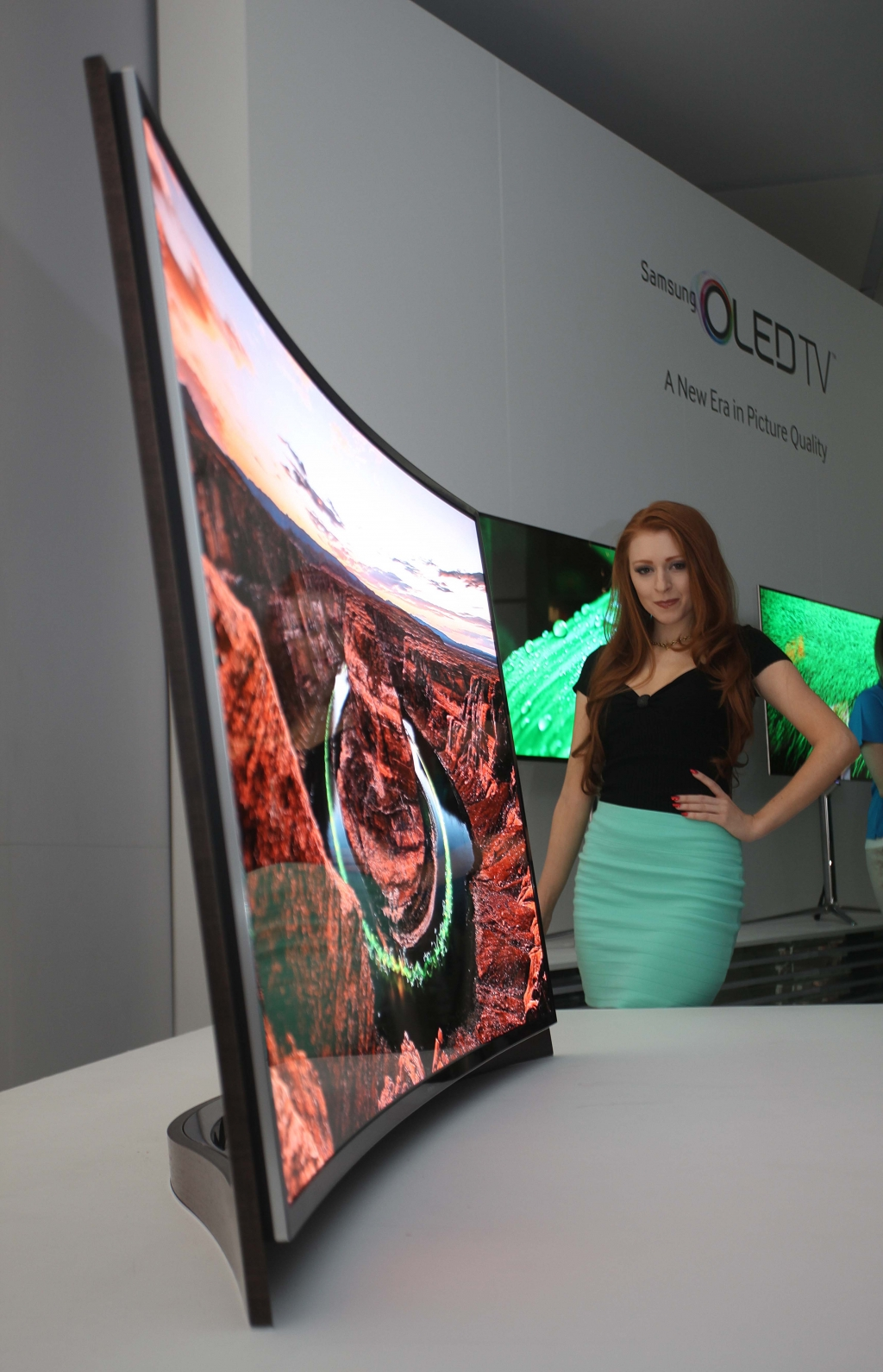 Samsung Introduces World's First Curved OLED TV at CES 2013
