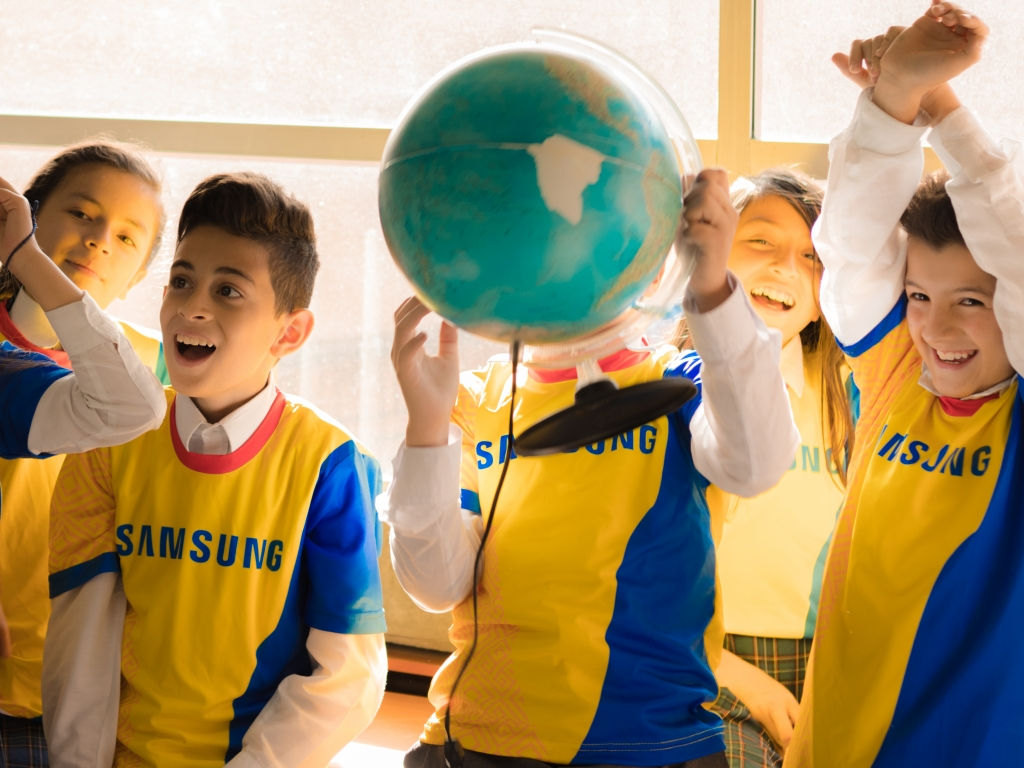 Children from Colombia and Poland Share a Unique Lesson through Samsung Smart School
